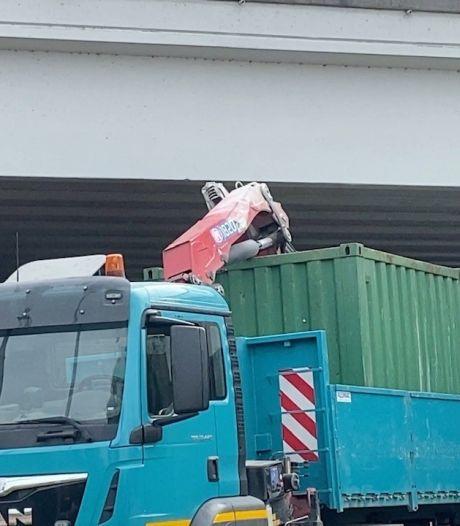 Brug beschadigd door te hoog geladen vrachtwagen