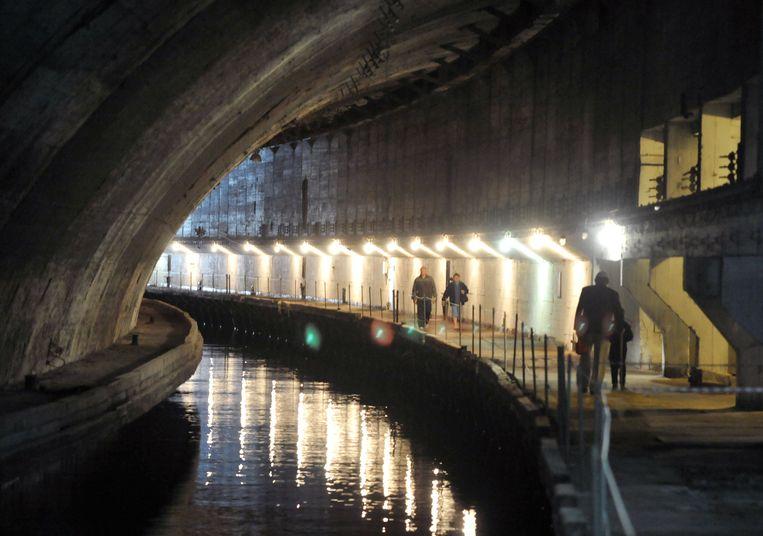Op 120 meter onder de Tavros-berg hakten de Sovjets in de jaren vijftig een verborgen duikbootbasis. Via een geheime ingang in de bergwand leidde dit 600 meter lange kanaal de onderzeeërs naar open zee. Beeld AFP