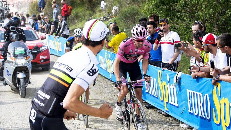 Tom Dumoulin in het roze wordt aangemoedigd in ItaliË Beeld anp