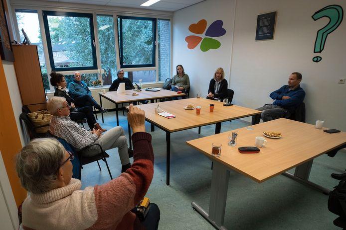 In het kantoor van de LEV Groep aan de Vondellaan worden de vrijwilligers geïnformeerd over het aanstaande vertrek van de welzijnsinstelling uit Gemert-Bakel, per 1 januari 2021.