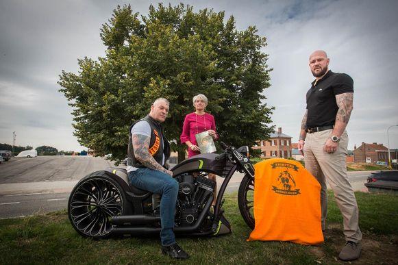Bert Vanmechelen (rechts) met de voorzitter van motorclub Bandido's en een van de andere sponsors.