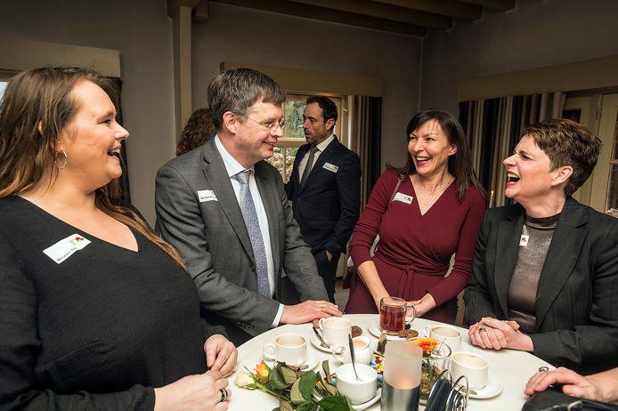 Jan-Peter Balkenende in gesprek met deelnemers aan het project.