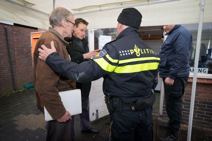 Cees Engel eigenaar van Fort Oranje word gearresteerd als hij het terrein probeert op te komen.