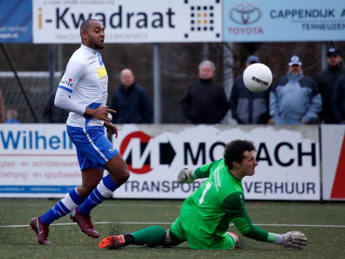 Kyle Doesburg (links) stift de bal over de doelman van Harkemase Boys heen en tekent zo voor de 3-0.
