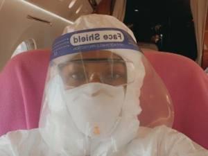 Naomi Campbell reprend l'avion protégée de la tête aux pieds