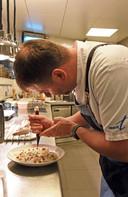 Chefkok François de Potter aan het werk in de keuken.