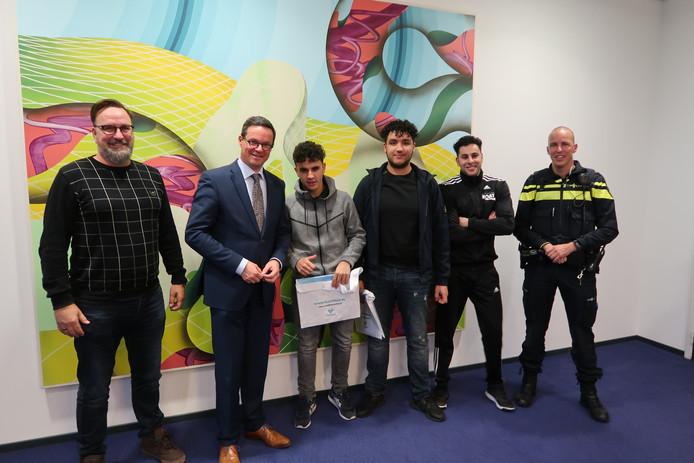 Ambtenaar Veiligheid Gert-Jan Bommelje, burgemeester Bas van den Tillaar, Oussama, Bilal, jongerenwerker Abdul Bousantouh van Roat en de wijkagent.