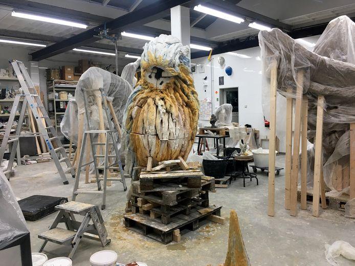 Een van de reusachtige sculpturen in de maak, enkele maanden geleden.