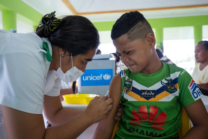 Een jonge Samoaan krijgt een prik tegen de mazelen.