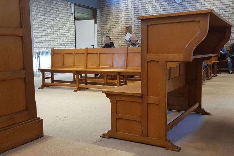 Een man die voor de rechter stond in de Halse politierechtbank gaat niet meer op café nadat hij vluchtmisdrijf pleegde onder invloed van alcohol.