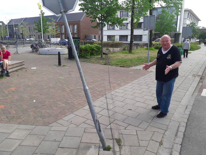 Buurtbewoner Willem Kers laat zien hoe de vrouw een spoor van ravage heeft achtergelaten. De beschonken vrouw liet zich zelfs door een stopbord niet afremmen.