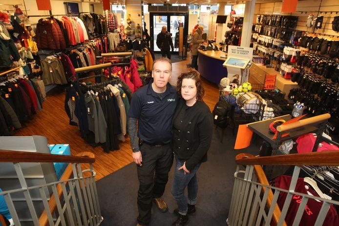 Daan en Fleur Harbach in hun sportwinkel, die over enkele weken sluit. ,,De sportzaak zit in onze vezels. Dat merk je aan alles, ook buiten het werk om.''