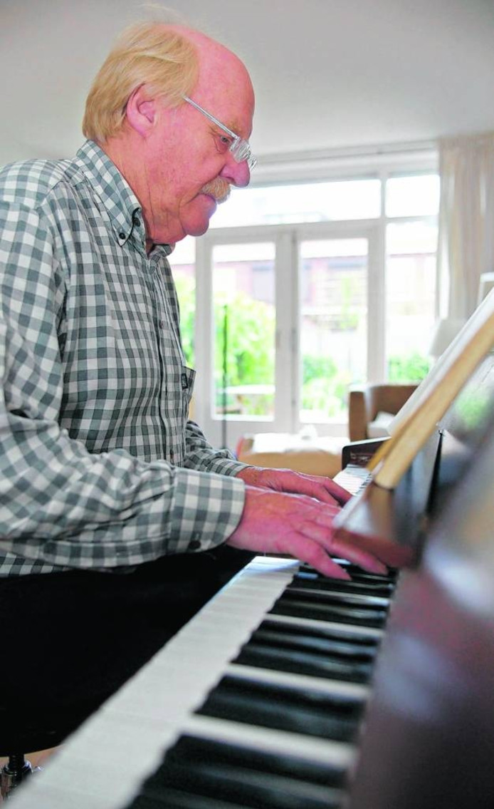 Nico Jongenelen achter de piano in 2004.