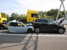 Beknelde persoon gewond uit auto gehaald bij ongeval op A58 bij Bergen op Zoom