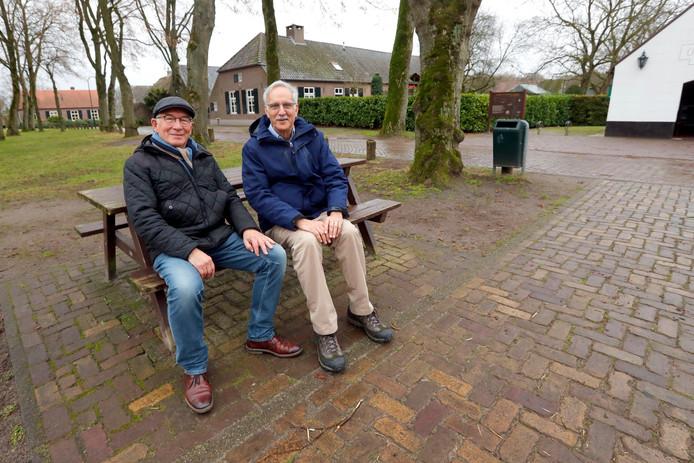 In onder meer Zandoerle deed schrijver Roger Rapoport (rechts) met Jan Bressers inspiratie op om een script te schrijven voor een theaterstuk dat zich deels in Veldhoven afspeelt.