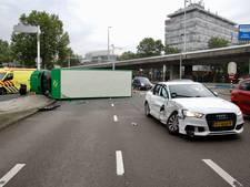 Vrachtwagen gekanteld bij ongeluk in Arnhem