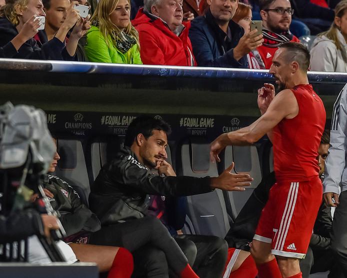 Met veel misbaar neemt Ribéry plaats in de dug-out van Bayern.