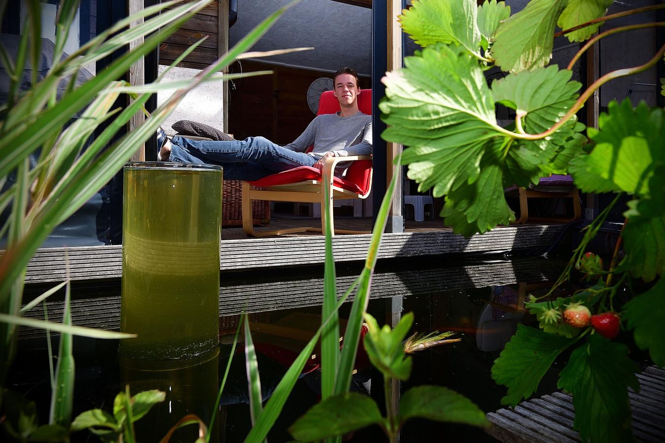 Cas Geldtmeijer zit het liefst bij de vijver in zijn achtertuin. Het is zijn lievelingsplek in zijn woonplaats Rucphen.