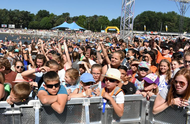 Er waren meer dan 23.000 leerlingen aanwezig op een tropische editie van Pennenzakkenrock.