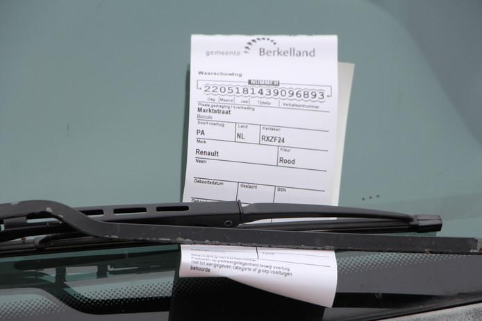 Gemeentelijke waarschuwing voor foutparkeerder op parkeervak bij laadpunt.