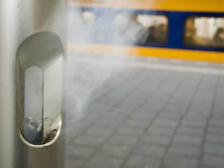 Pleidooi van twee Twentse buschauffeurs: 'Maak alle stations en bushaltes rookvrij'