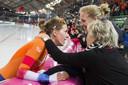 Wüst krijgt de felicitatie's van haar moeder en vriendin Letitia de Jong na het winnen van de titel op de laatste dag van de WK allround in Hamar.