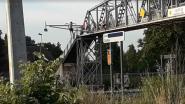 """VIDEO. Jongeren springen van brug in kanaal Roeselare-Leie: """"Gevaarlijk en verboden"""""""
