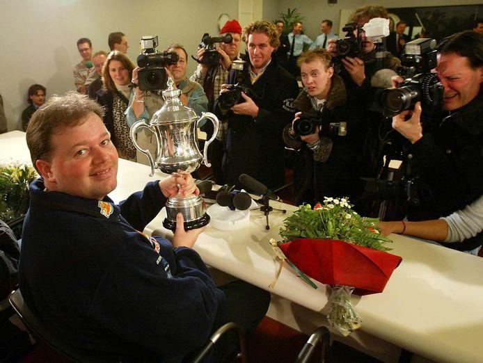 Van Barneveld met zijn WK-trofee in 2003.