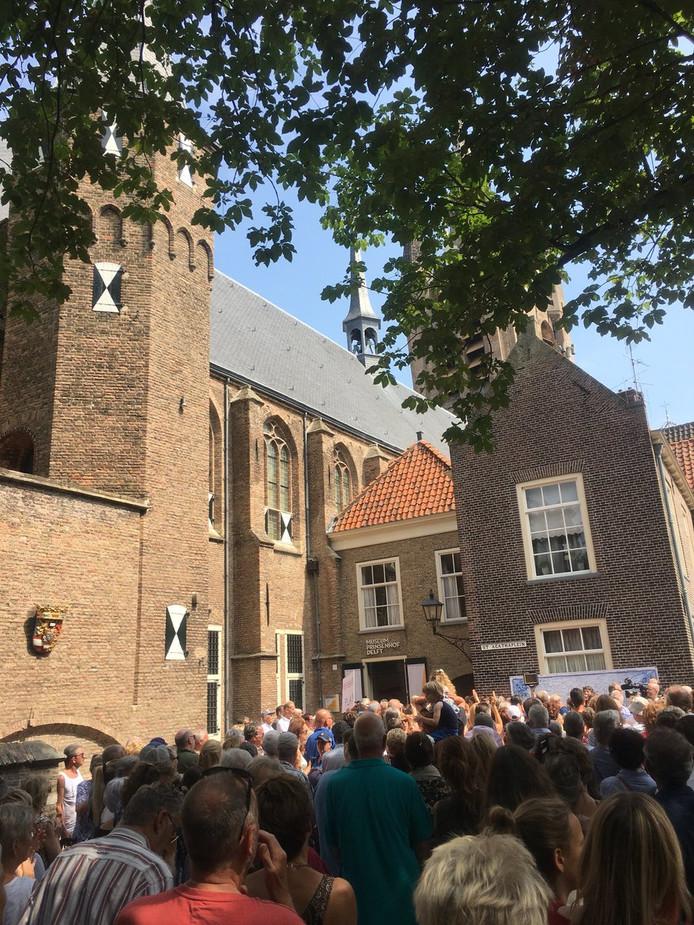 De betogers zongen samen het volkslied