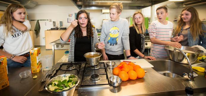 VMBO'ers van het Elde College in Schijndel deden eerder een kookcursus. Dit schooljaar gaan VMBO'ers uit Meierijstad bij allerlei bedrijven en organisaties een kijkje in de keuken nemen.