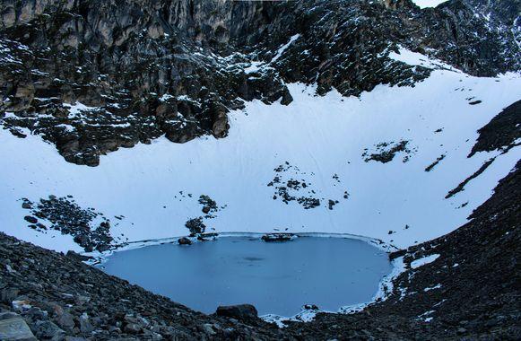 Het Roopkundmeer in de Himalaya.