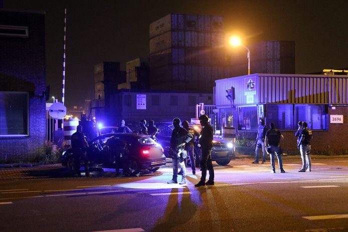 Douaniers in de Rotterdamse haven arresteren verdachten bij een containeropslagbedrijf in Rotterdam-Heijplaat.