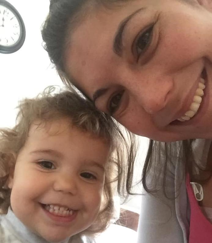 Dominique van Gessel uit Zwolle met haar dochtertje.