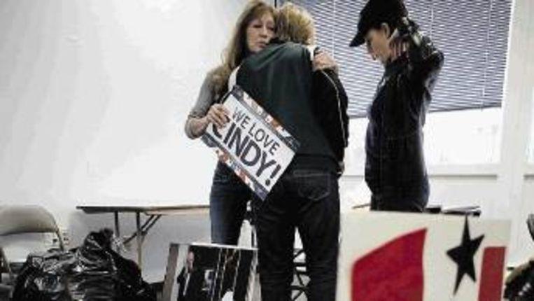 Campagnemedewerkers van de verslagen McCain nemen afscheid van elkaar. (FOTO AP) Beeld