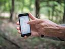 Bioloog Arnold van Vliet laat de app zien die aangeeft waar teken actief zijn in ons land.