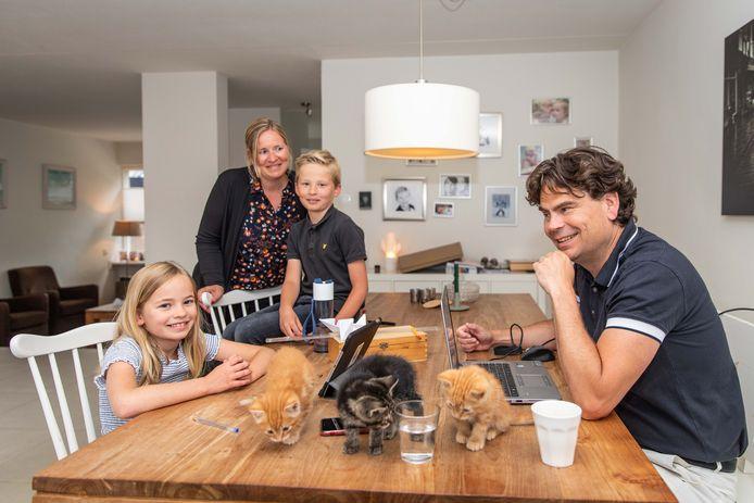 Martin Visser vergaderde de afgelopen weken thuis op de slaapkamer van zijn zoon, terwijl zijn vrouw Hester beneden hun kinderen Guus en Eva lesgaf. Ze werkte daarnaast ook thuis als lerares voor het OdyZee College.