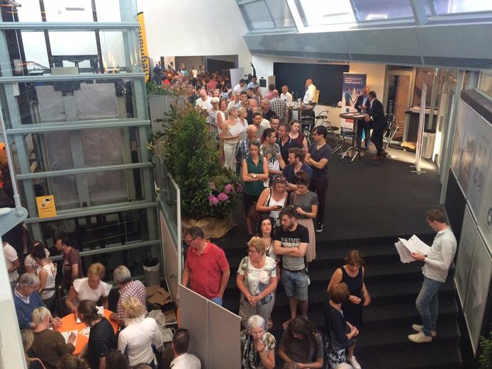 Een lange rij in theater Markant slingert zich naar het kraampje met de brochure van het Land van Dico. In totaal kwamen er zo'n 1100 mensen op af.