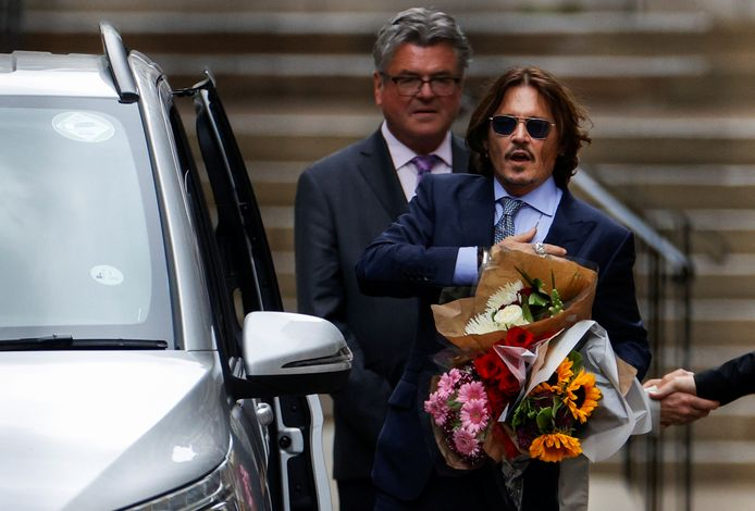 Johnny Depp verlaat de rechtbank in Londen