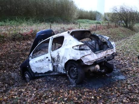 Bestuurder met hevige brandwonden afgevoerd na botsing in Culemborg: auto vliegt in brand