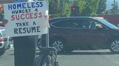 Dakloze twintiger gaat viraal met bord langs de weg in Silicon Valley en wordt nu overladen met jobaanbiedingen