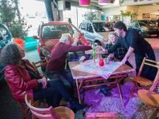 Muziek voor de buurt in Tilburgse autoshowroom: 'We willen 'n beetje sjeu geven aan de wijk'