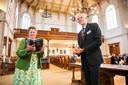 Ineke Inklaar presenteerde haar boek 'Vluchteling in eigen land' in de Grote Kerk van Apeldoorn. Veel hoofdpersonen uit het boek en Ben Mouw (r), voorzitter Erfgoedplatform Apeldoorn, waren daarbij aanwezig.
