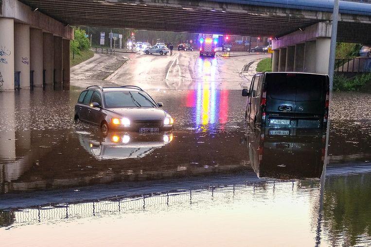 In Strombeek reden auto's zich hopeloos vast in het water.