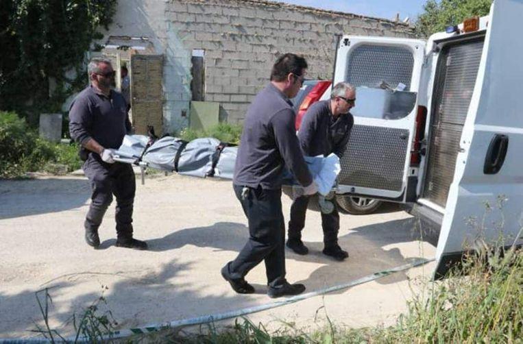 De hulpdiensten voeren slachtoffer Charly-Ibiza af nadat ze hem op 21 maart 2017 dood aantroffen.