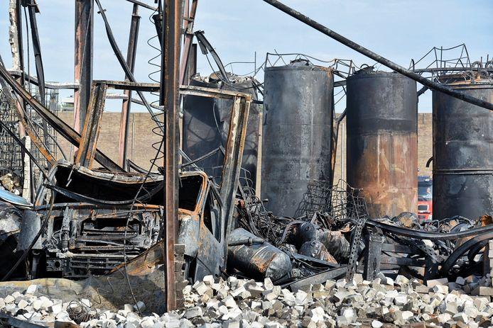 Afgebrande olietanks van Van Vollenhoven na brand Kraaiven Tilburg, erachter een brandweerwagen die kwam voor oplaaiende brandjes