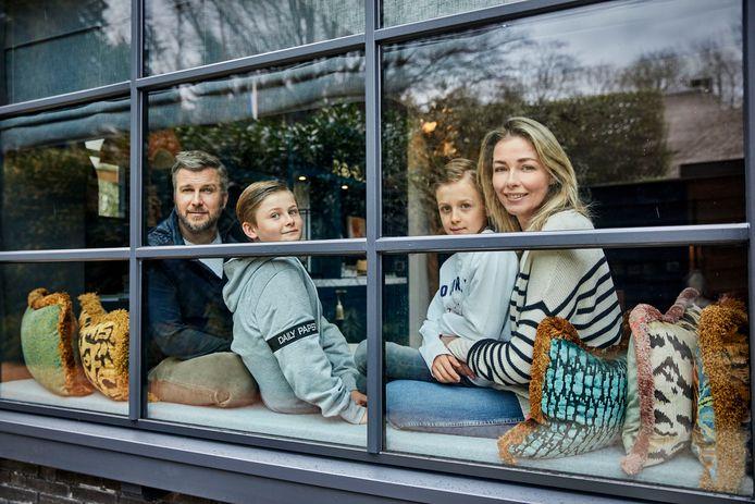 Winston en Renate Gerschtanowitz met hun kinderen achter het raam van hun huis. Ook BN'ers proberen er thuis het beste van te maken in de coronacrisis.