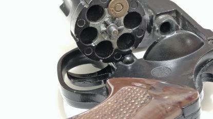 Politie treft geladen revolver, wapenstok en munitie aan tijdens huiszoeking: Openbaar Ministerie vordert vijftien maanden cel