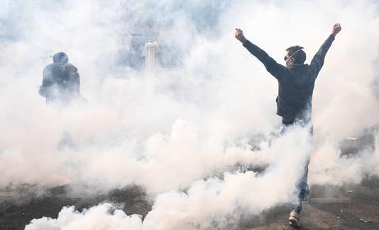 Betogers trotseren de Franse politie te midden van rook en traangas.