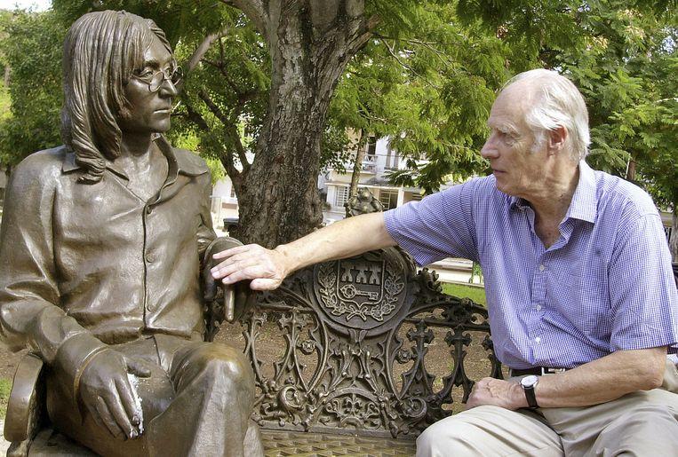 George Martin naast een standbeeld van John Lennon. Beeld ap