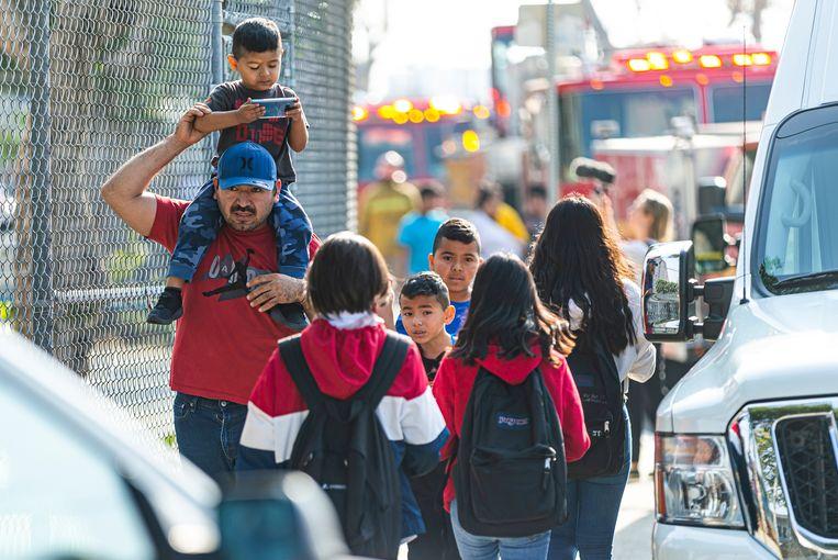 Kinderen worden opgehaald van de Park Avenue Elementary school in Cudahy, waar het meeste van de kerosine terechtkwam.